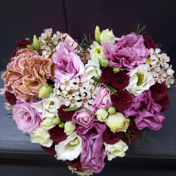 Букет из эустомы, роз, хризантемы, гвоздики, зелени