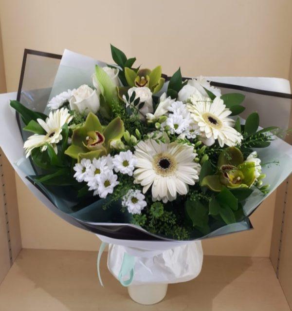 Букет из орхидеи, герберы, розы, кустовой хризантемы, фрезии, зелени