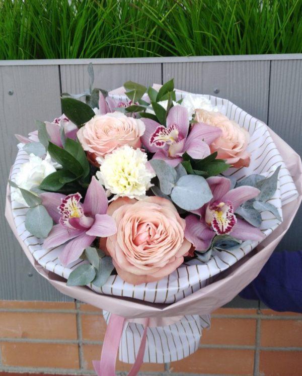 Букет состоит из орхидеи, роз, гвоздики, эустомы, зелени