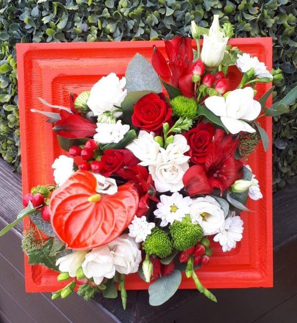 Букет в деревянной рамке из антуриума, альстромерии, фрезии, роз, кустовой хризантемы