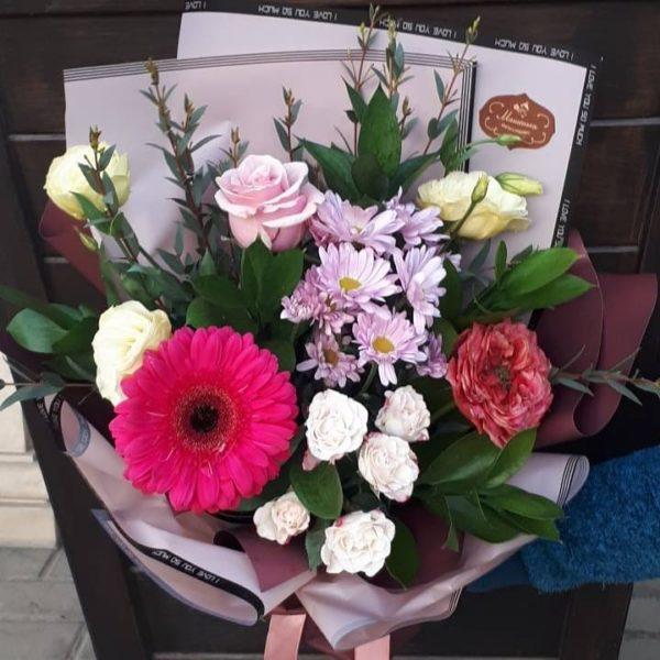 Букет из гербера, кустовой розы, хризантем, эустом, роз, зелени