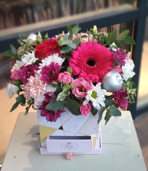 Букет в коробке-шкатулке с конфетами состоящий из ручной работы гербера, эустомы, роз, кустовой хризантемы, гвоздик, зелени