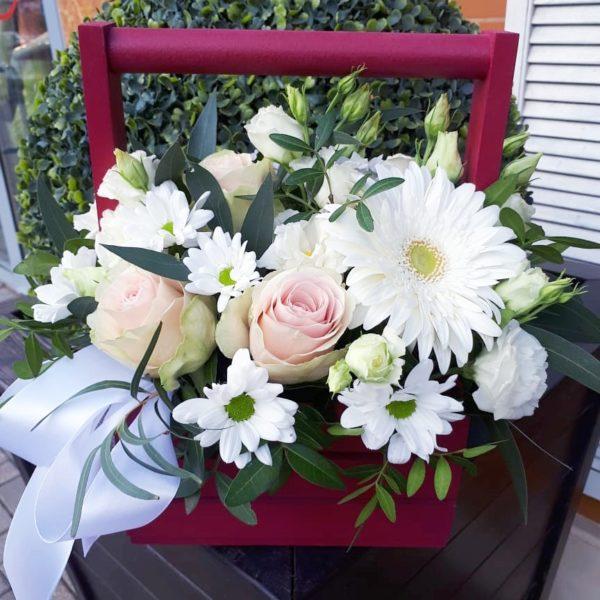 Букет в деревянном ящичке из гербера, роз, кустовой хризантемой, эустомы, зелени