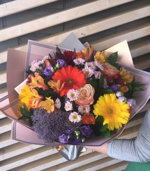 Букет из герберы, роз, кустовой хризантемы, альстромерии, эустомы, гиперикумы, зелени