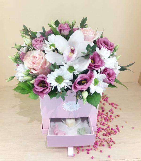 Букет в коробке-шкатулке с конфетами ручной работы состоит из орхидеи, роз, эустомы, кустовой хризантемы