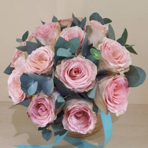 Букет из роз, зелени, атласной ленты