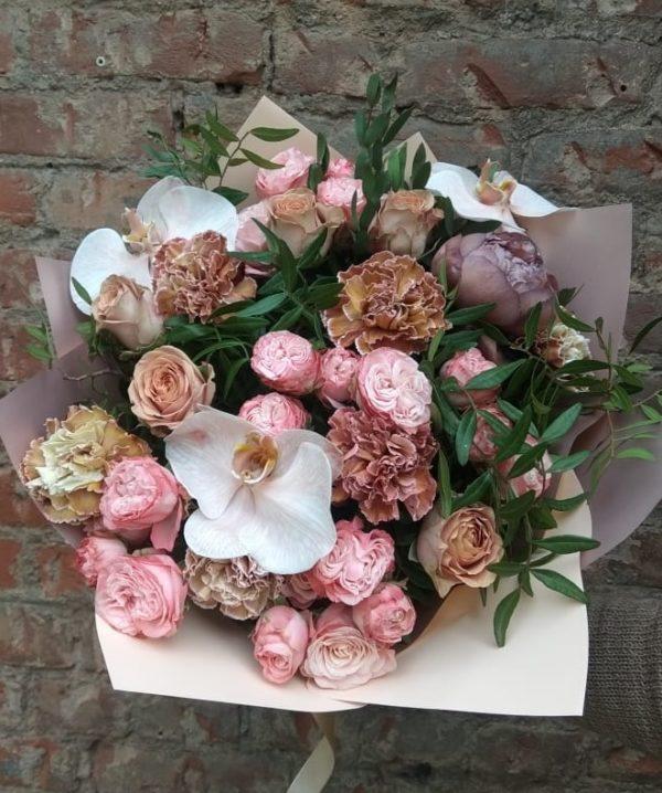 Букет из орхидей, кустовой розы, пионов, гвоздик, одноголовой розы, зелени