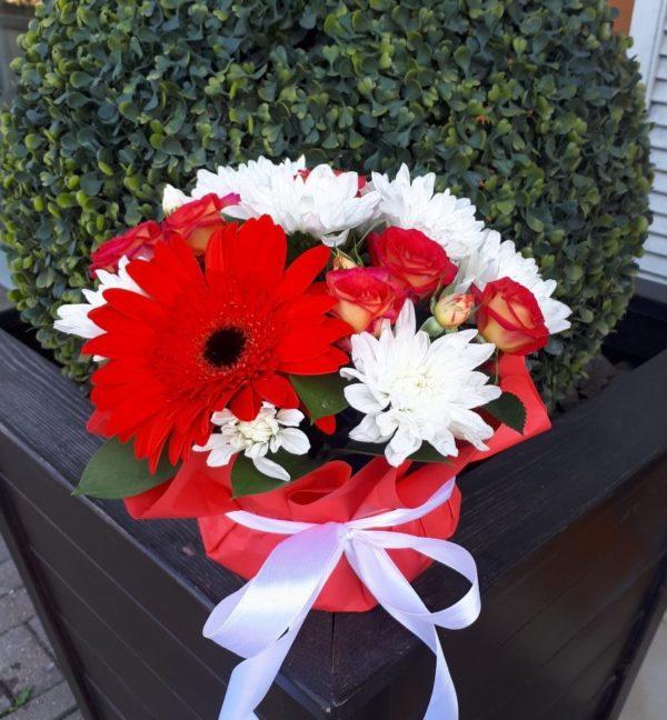 Букет из гербера, кустовой розы, хризантемы, зелени