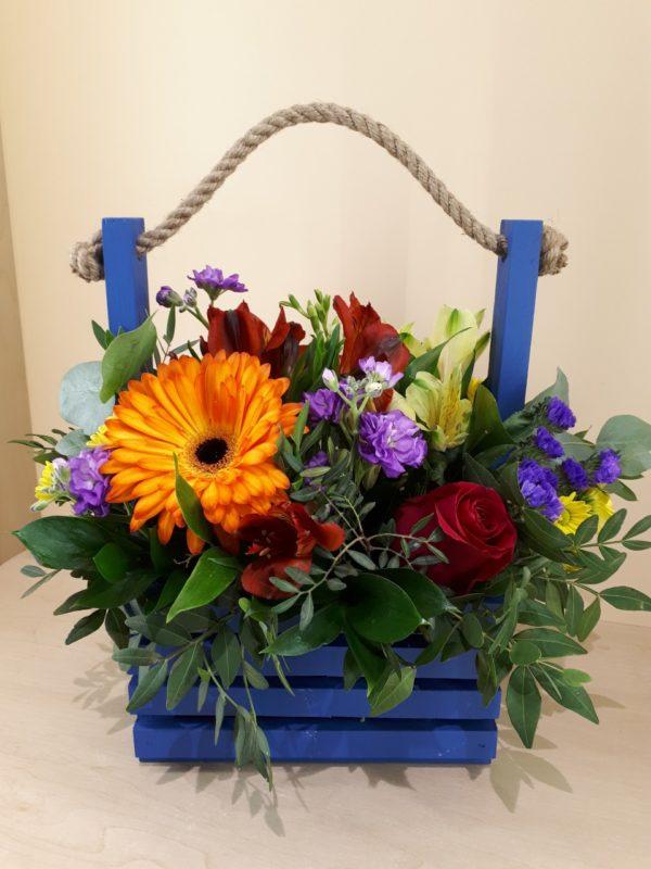 Букет в деревянный ящичек состоящий из гереберы, роз, альстромерии, матиолы, статицы, кустовой хризантемы, зелени