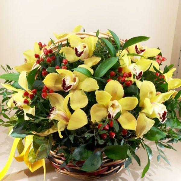 Букет в корзине из орхидей, гиперикума, зелени
