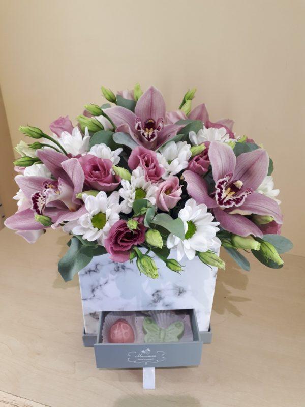 Букет в коробке-шкатулке с конфетами ручной работы состоящий из орхидеи, эустомы, кустовой хризантемы
