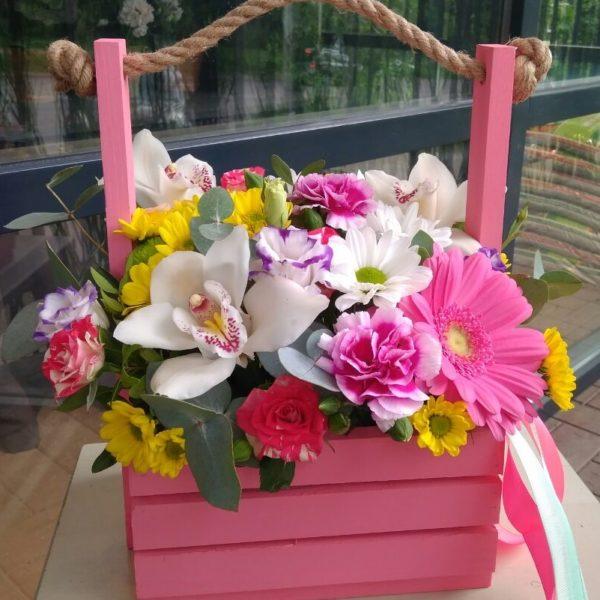 Букет в деревянном ящичке из орхидеи, гербера, кустовой розы, эустомы, кустовой хризантемы, зелени