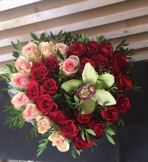 Букет из Кенийской розы, орхидеи, зелени