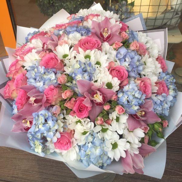 Букет из гортензии, орхидеи, кустовой хризантемы, роз одноголовых и кустовых, зелени