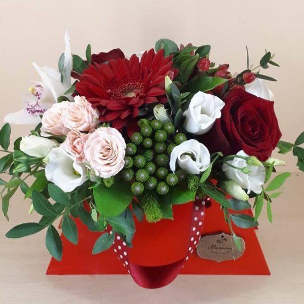 Букет в деревянной сумочке из гербера.ю роз, эустомы, орхидеи, кустов роз, гиперикумы, зелени