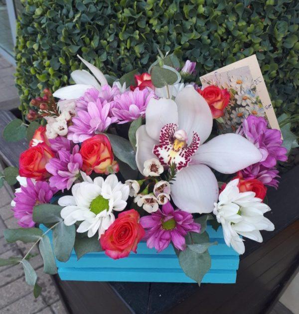 Букет в деревянном ящичке состоящим из орхидеи, роз, кустовой хризантемы, зелени