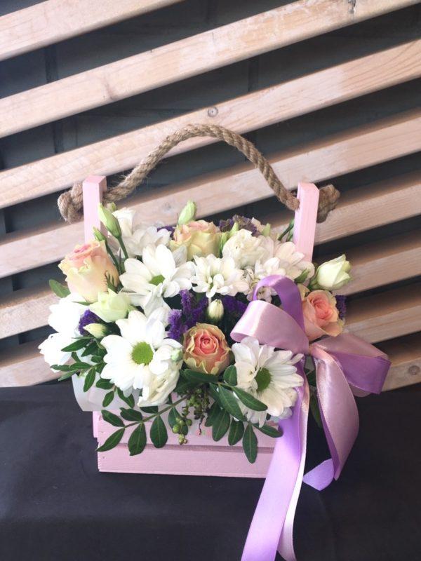 Букет в деревянном ящичке состоящий из роз, эустомы, кустовой розы, статицы, зелени