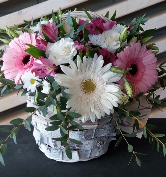 Букет из герберы, эустомы, альстромерии, кустовой хризантемы, зелени