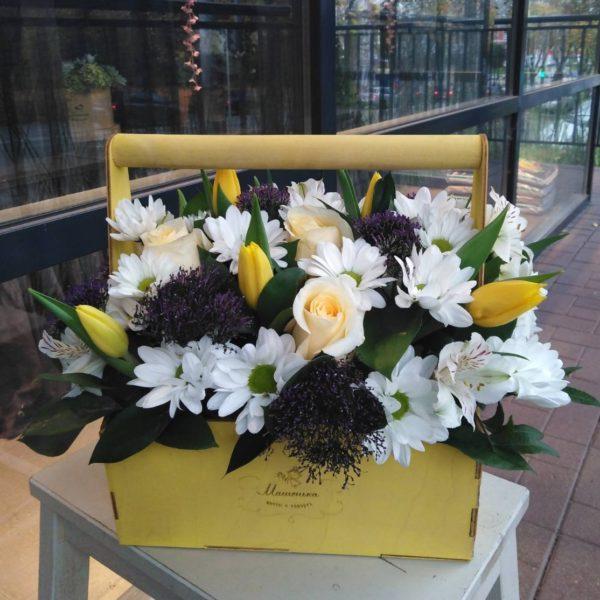 Букет из тюльпанов, хризантем, роз и зелени в деревянном ящичке