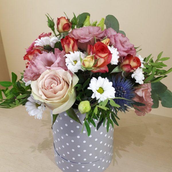 Букет из роз, хризантем, эустомы, зелени в шляпной коробке