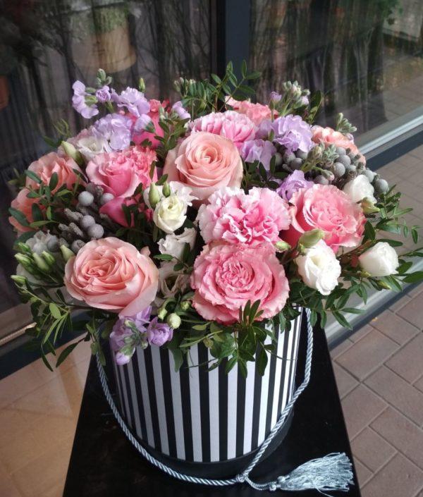 Букет из роз, эустомы, матиолы, гвоздики, бруния и зелени в шляпной коробке