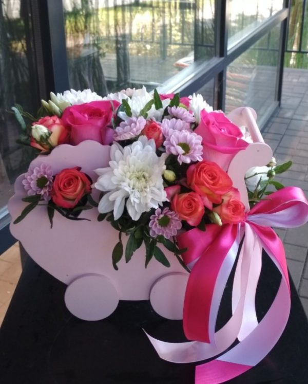 Букет из роз, хризантем, эустомы и зелени в деревянной люльке