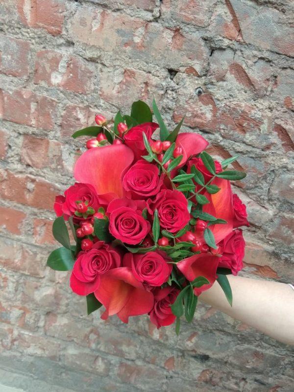 Букет из каллы, роз, гиперикума, зелени
