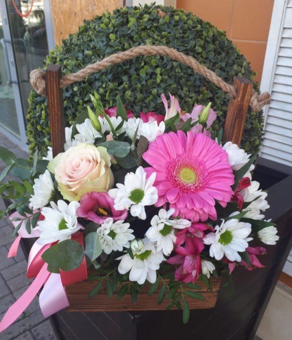 Букет из роз, альстромерии, кустов хризантем, эустомы, в деревянном ящичке