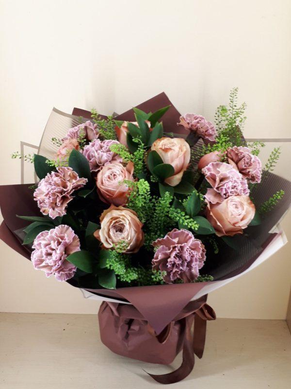 Букет из Гвоздика, пионовидных роз, зелени