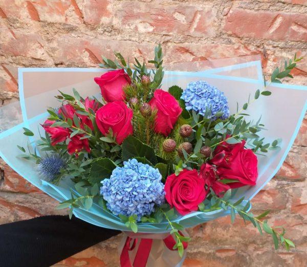 Букет из роз, альстромерии, гортензии, зелень