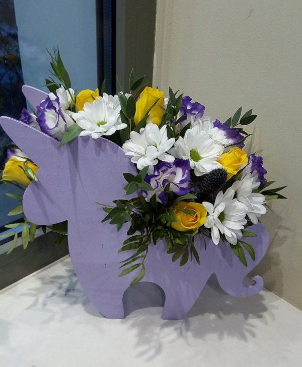 """Букет из хризантемы, эустомы в подарочной коробке """"деревянный единорог"""""""