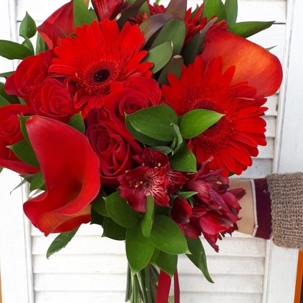 Букет из роз, герберы, калл, альстромерии, зелени
