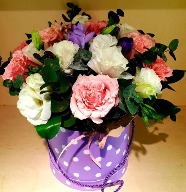 Букет из роз, эустомы, фрезии, зелени
