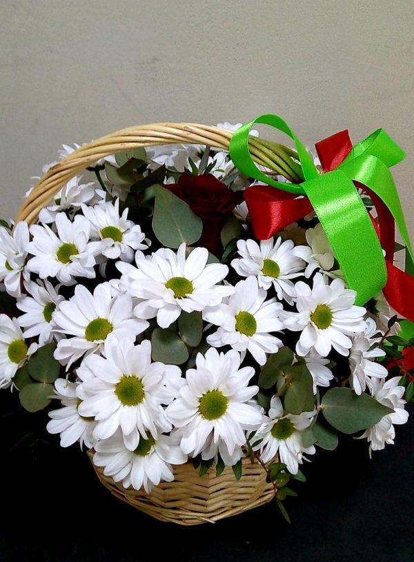 Букет из роз, кустовых хризантем и зелени в корзинке