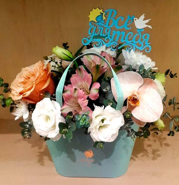 Букет состоит из орхидеи, роз, эустом, альстромерии