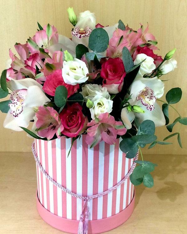 Букет из орхидеи, роз, эустом, альстромерии и эвкалипта в коробке
