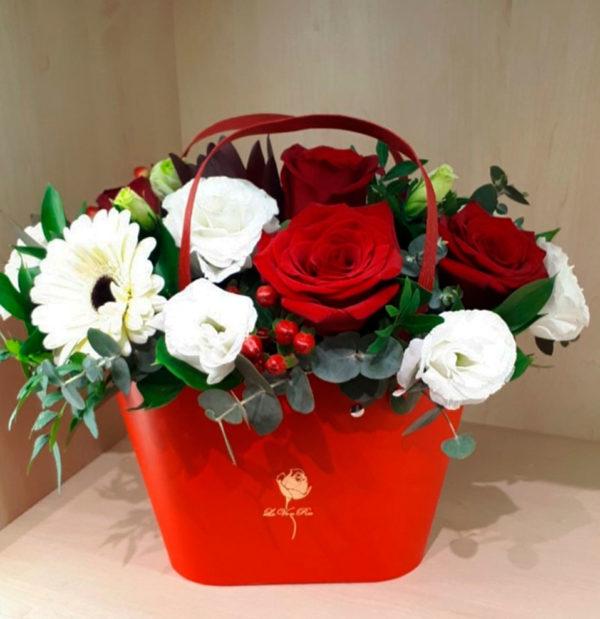 Букет из роз, гербера, эустомы, гиперикума и зелени в коробке